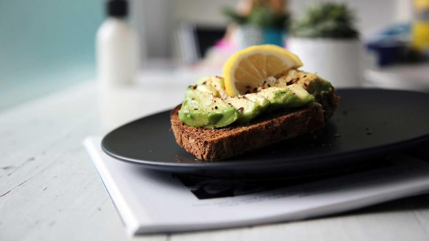 Енергийна закуска с авокадо, черен хайвер и лимон