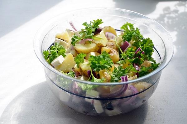 Зимна салата с картофи, кисели краставички и маслини