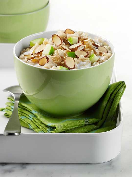 Зареждаща закуска с овесени ядки, мляко, орехи, чиа и кокос